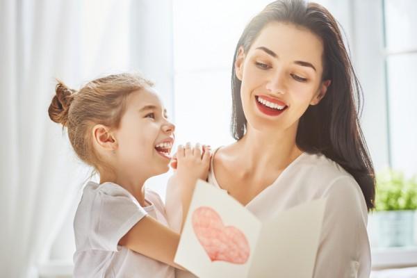 Una sana y alineada sonrisa por el Día de la Madre